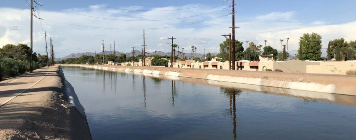 Récupération de l'eau de pluie par l'association Flowers and Bullets, qui gère la ferme urbaine de Midtown, Barrio Centro Neighborhood, Tucson (2019).