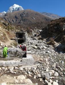 Photo 1: Le torrent Tauche et ses multiples usages de l'eau dans le village de Pangboche, avril 2011